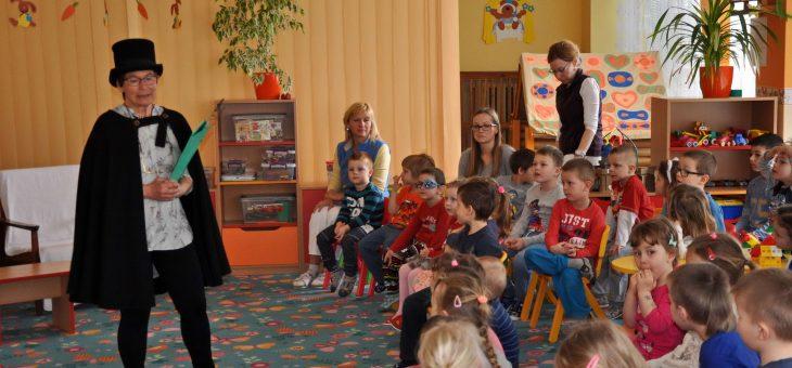 Rozprávkar medzi deťmi