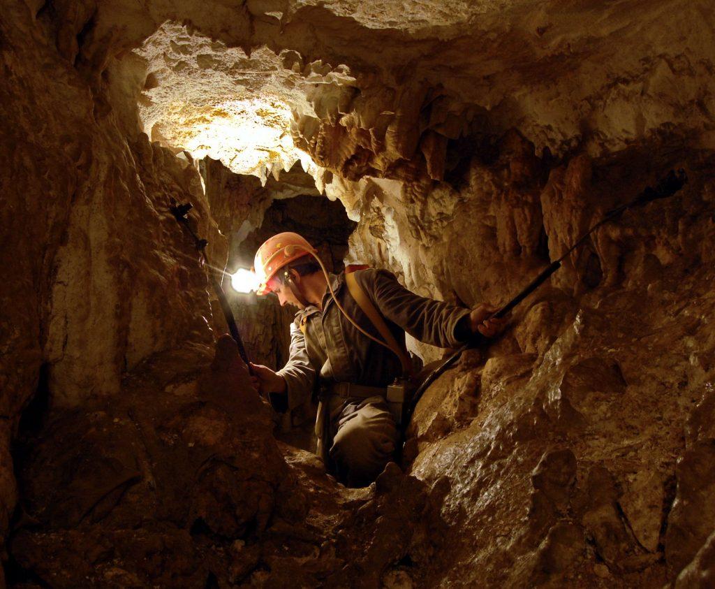 2. Oknom pred vchodom do jaskyne dovidieť na hrebeň Ďumbiera