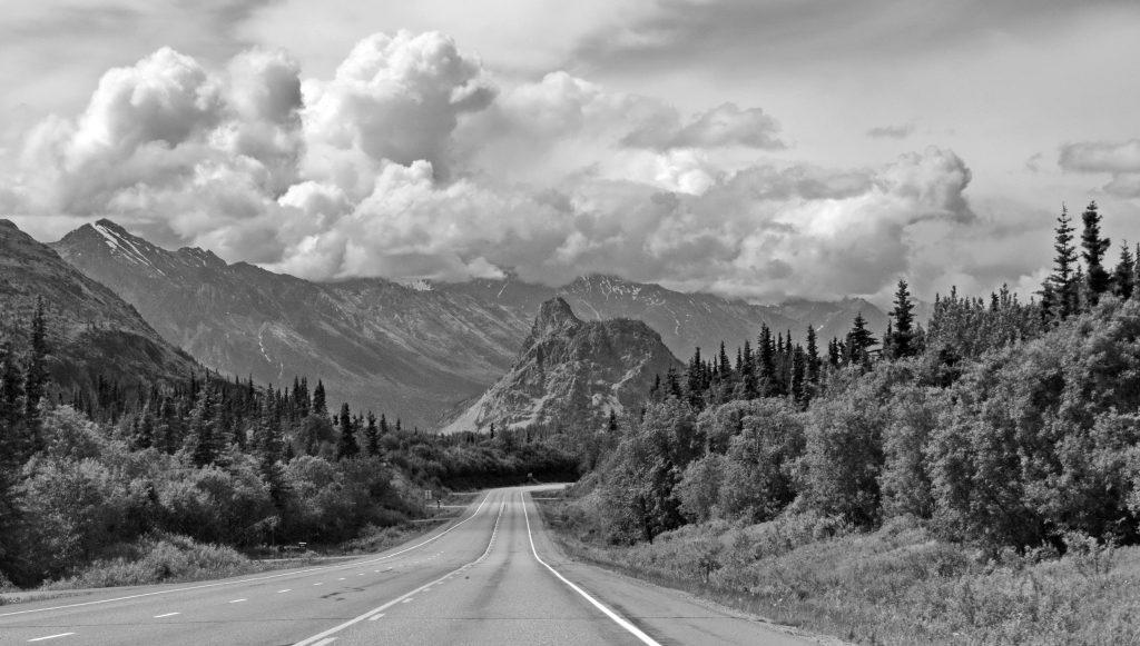 Cestou k ľadovcu Matanuska. Uprostred doliny stojí skalný útvar nunatak -  je to torzo vrchu okolo ktorého sa v minulosti sunul ľad a ohlodal ho zo všetkých strán