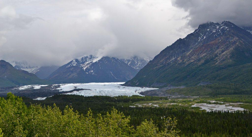 Nádherne biely ľadovec Matanuska. Žiaľ, vypraviť sa ľadovcom hore dolinou je zakázané