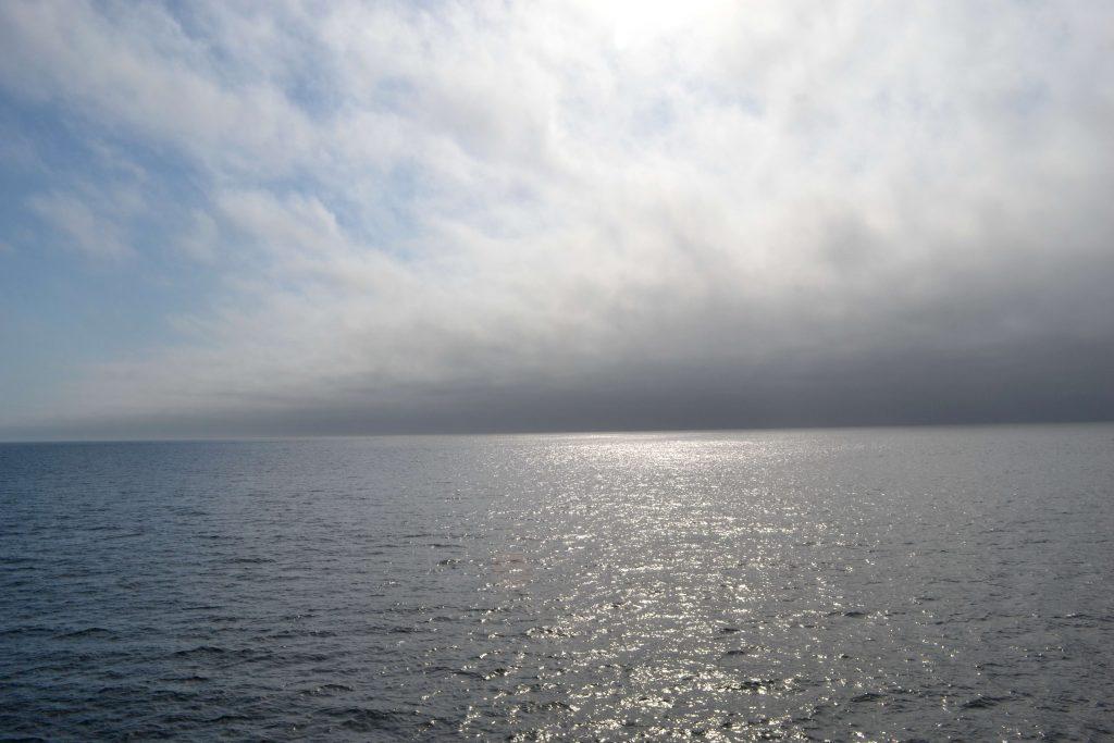 Za chrbtom nám ostal zahmlený prístav Port Angeles