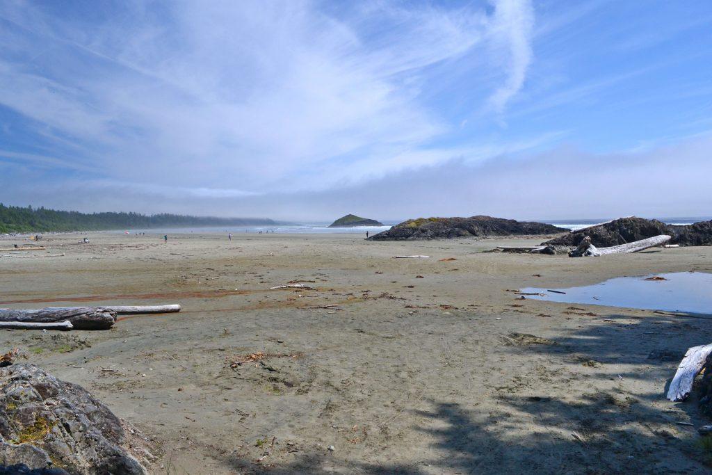 Piesočné pláže neďaleko Tofina. Hmla sa pomaly rozpadá