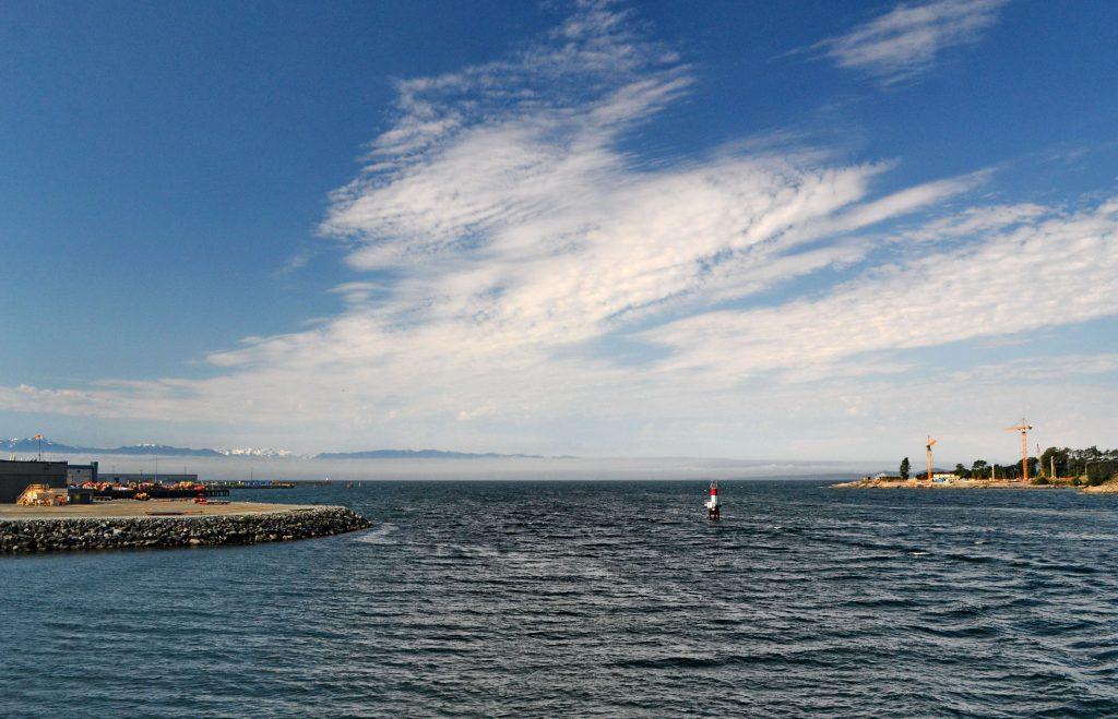 Loď COHO práve vplávala do prístavu Victoria. Americké pobrežie tvoril len úzky pás hmly, z ktorej vyčnievali zasnežené končiare pohoria Olympik