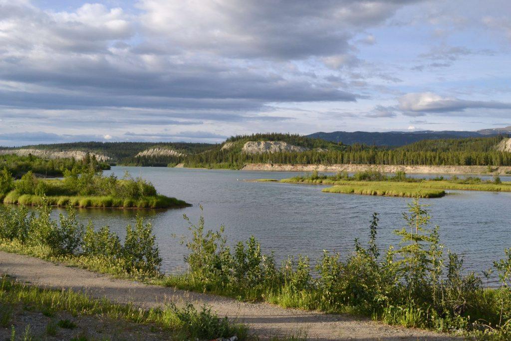 Rieka Yukon pretekajúca Whitehorse