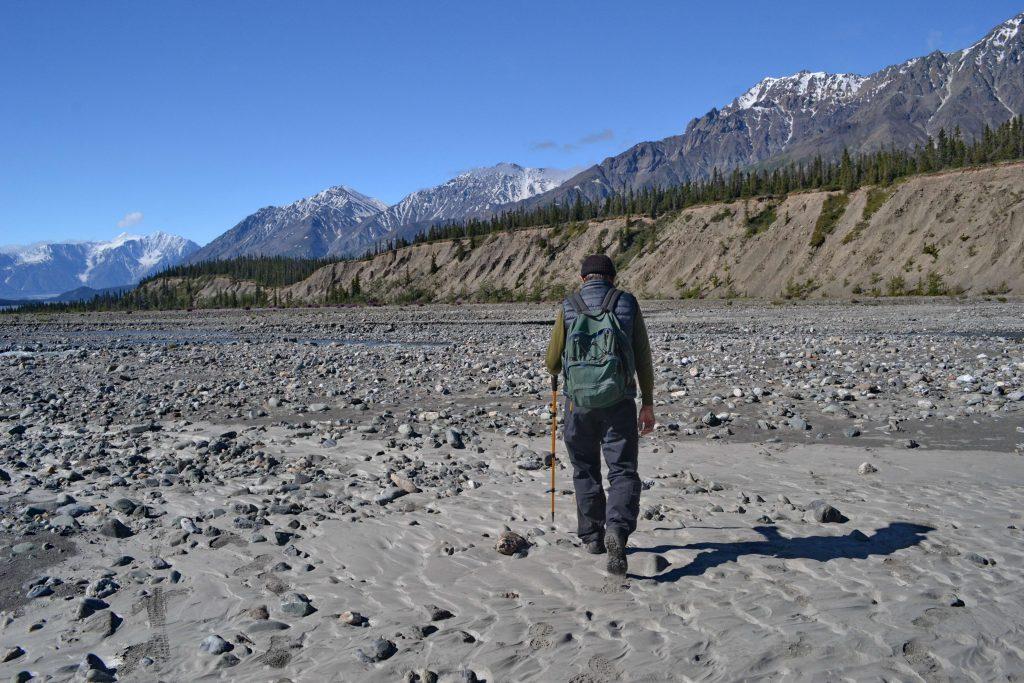 Suché riečisko Alsek s mnohými prítokmi. Je slnečno, ale teplota ráno bola len 3 °C