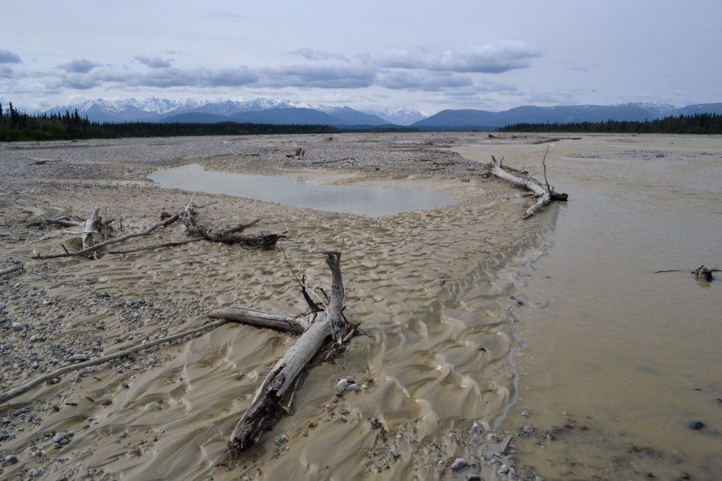 Aljašské hory a rieka bez mena