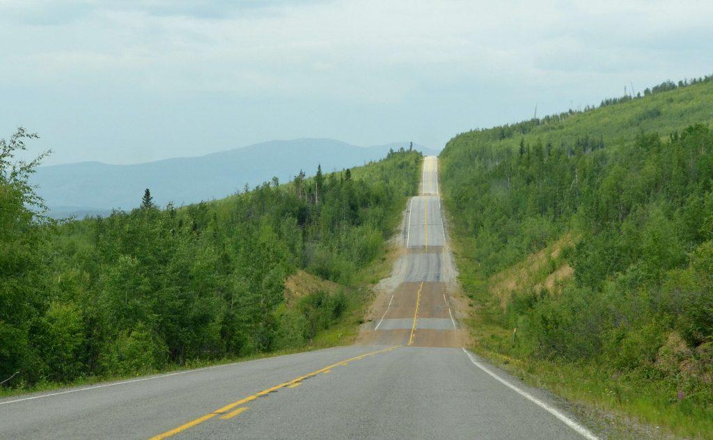 Smer kanadská hranica. Vlnovková cesta, na ktorú pôsobí topenie permafrostu sa po chvíli zmení na prašnú a poriadne rozbitú.