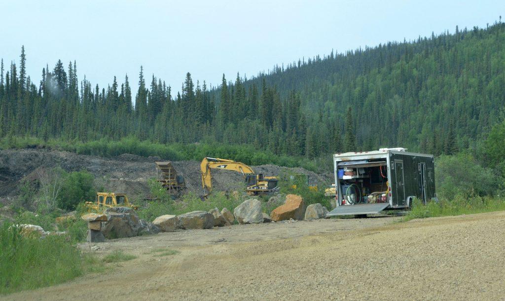Klam na zlatom potoku rovno pri ceste.  Aljaška
