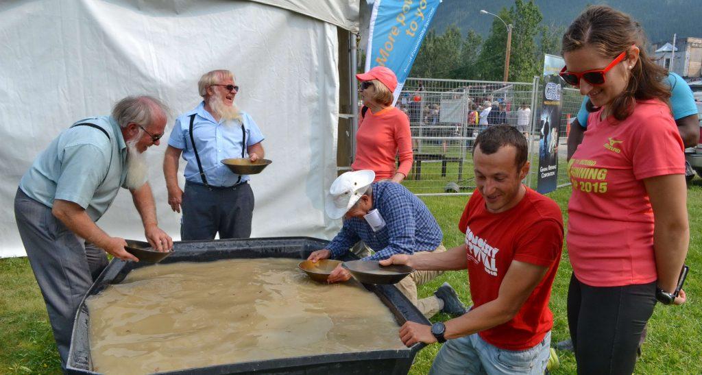 Ryžovanie zlata v kadi. Dawson City