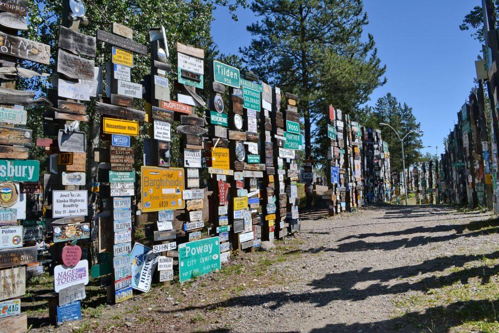 Watson Lake. Tabuľky a autoznačky doslova z celého sveta