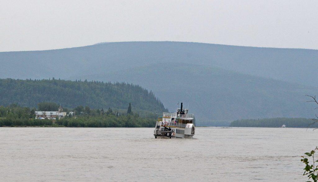 Lopatkový parník preváža Yukonom turistov