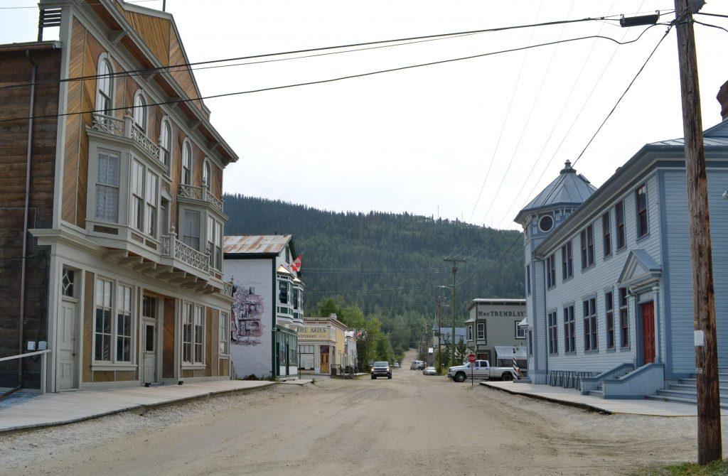 Ulice Dawsonu, vľavo staré divadlo