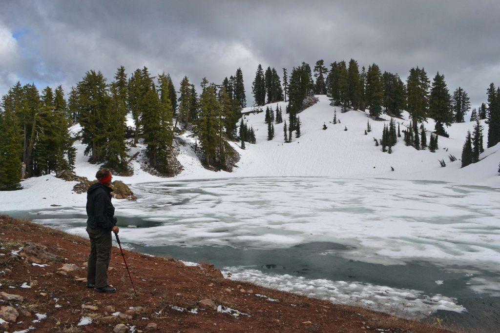 Ridge Lake, 2.342 m je bočným kráterom tejto obrovskej kaldery. Napriek tomu, že je takmer polovica júna, v Skalnatých horách je všetko nad 2.100 m pod snehom.