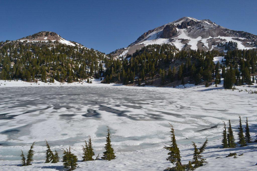 Lake Helen a Lassen Peak, na ktorý sme sa rozhodli vystúpať.