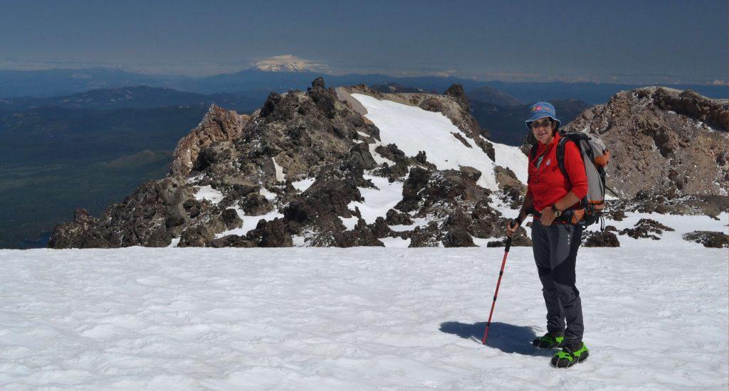 V sedle pod vrcholom vzadu sopka viac ako 5.000 m vysoká