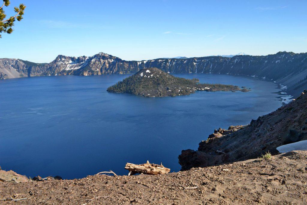 Crater Lake aj s 200 m vysokým ostrovom Wizard