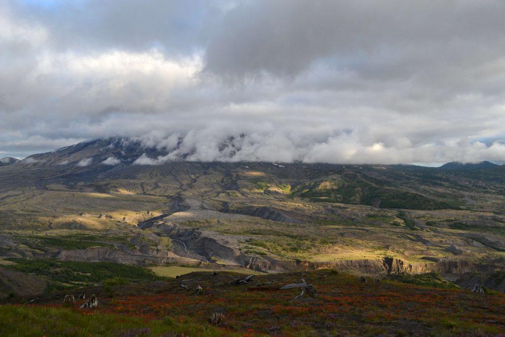 2.543 m vysoký vulkán Mount St. Helens je obklopený mrakmi, akoby sa chystal na svoju ďalšiu exhibíciu.