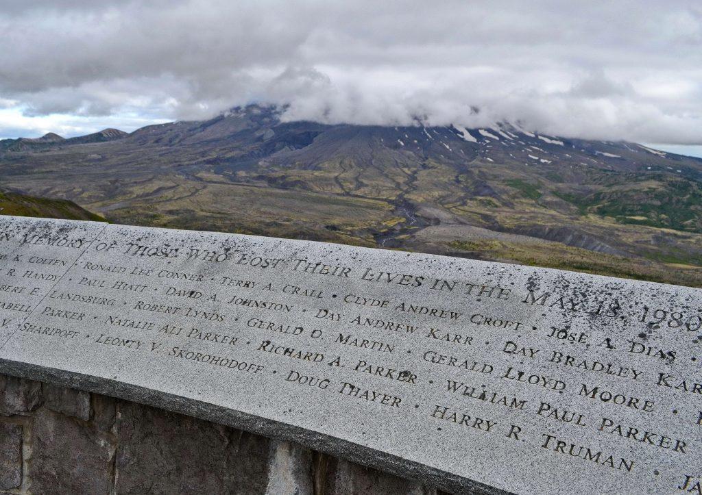 Pamätná doska ľuďom, čo zahynuli počas erupcie. Zväčša to boli vulkanológovia, vedci, ale aj pár turistov, ktorí neuposlúchli výzvu na evakuáciu. Harry Truman odmietol opustiť svoju chatu na brehu jazera Spirit. Mal 85 rokov.