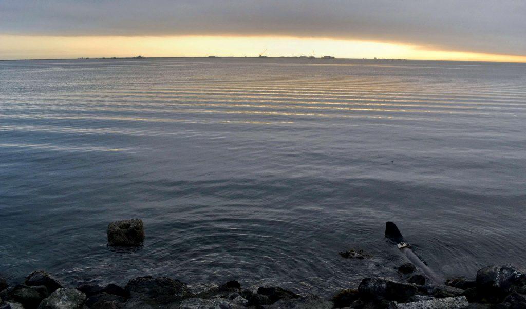 Z Pacifiku sa ráno plazí nad prístavom hmla. V Kanade vidieť jasnú oblohu